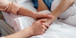 קשיש ימות בבית החולים כי אין מי שיטפל בו